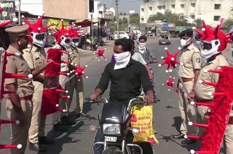 Полицейские Индии отжигают: короновирус не пройдет!