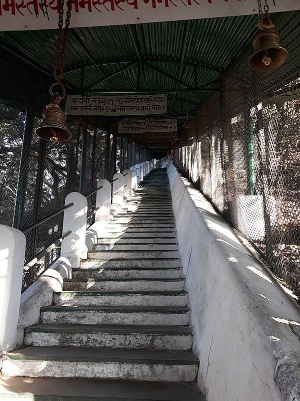 Лестница к храму Кунджапури