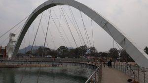 Прогулка по мосту в виде символа Ом