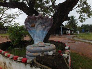 Статуя змеи при храме