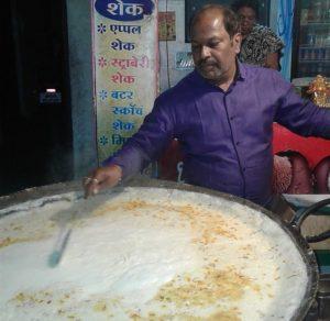 Варит молоко в Индии