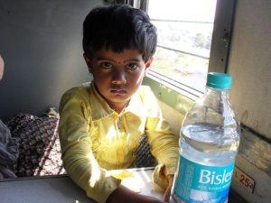 Девочка в поезде Индии