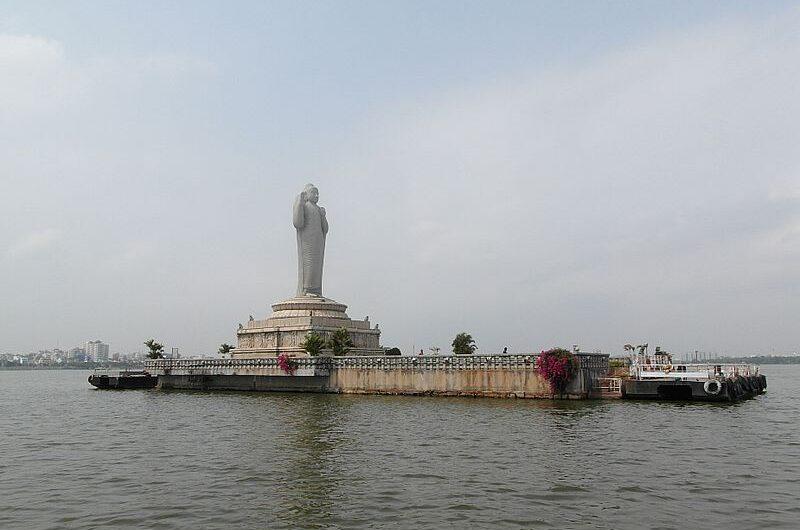 Статуя Будды на острове Хуссейн Сагар в Хайдерабаде