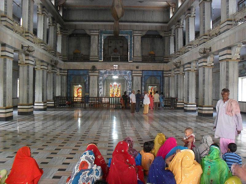 В храме Индии