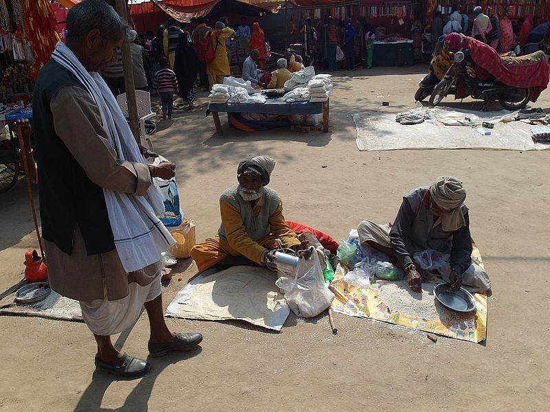 Раздача милостыни в Индии