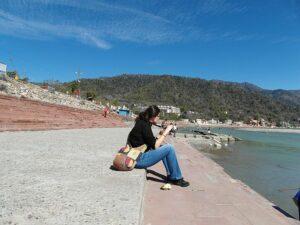 Девушка на берегу Ганги