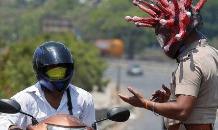 Полиция Индии в коронашлемах