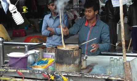 Варит масала-чай