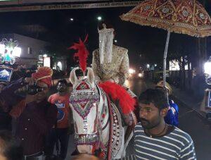 Индийский жених на коне