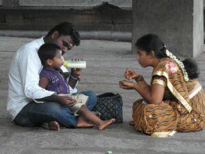 Пара кормит ребенка в Индии
