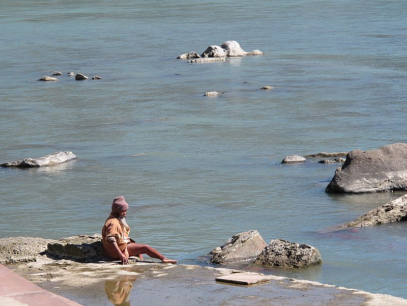 Садху купается в Ганге