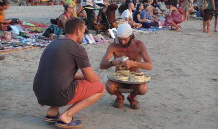 Рынок на пляже Арамболя (Гоа)