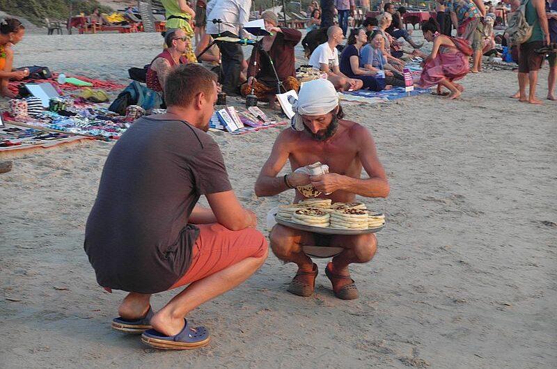 Блошиный хиппи-рынок на пляже Арамболя (Гоа)